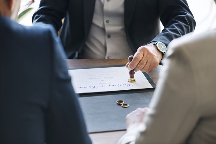 divorce lawyer assisting a couple on their separation